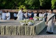 Sonia Gandhi paying tributes to former Prime Minister Rajiv Gandhi on his 24th death anniversary
