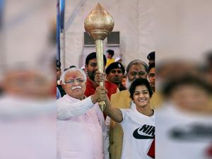 Haryana Chief Minister Manohar Lal Khattar awards a mace (gada) to the winner (women category) of the Bharat Kesri Dangal-2017, Ritu Phogat