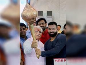 Manohar Lal Khattar awards a mace (gada) to the winner (men category) of the Bharat Kesri Dangal-2017, Mausam Khatri