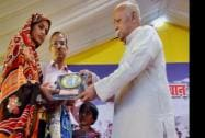 RSS Chief Mohan Bhagawat honours the wife of martyr Hemraj