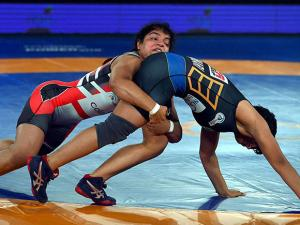 Sakshi Malik of Colors Delhi Sultans  fights  against  Manju Kumari  NCR Punjab Royals (58kg) during the  Pro Wrestling League