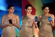 Models display Samsung Galaxy S 5