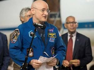 Expedition 46 Commander Scott Kelly of NASA delivers remarks upon arriving at Ellington Field