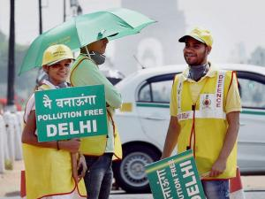 Volunteers at a traffic signal near India Gate in New Delhi on Friday on the first day of the second phase of Delhi government's odd-even road rationing scheme.