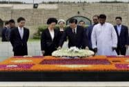 Zhang Dejiang with  wife Xin Shusen laying a wreath at Rajghat in New Delhi