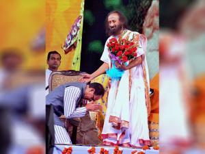 Madhya Pradesh Chief Minister Shivraj Singh Chouhan seeks blessings of  Sri Sri Ravishankar