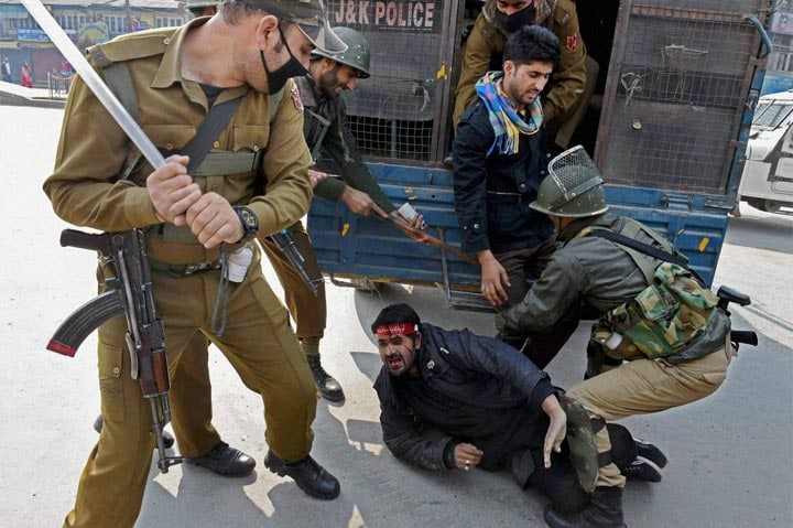 Police, personnel, detain, Muslim Shia mourner, tried, take out, procession, mark, eighth, day, Muharram