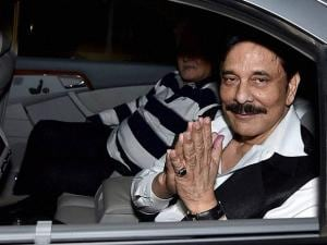 Sahara chief Subrata Roy, in prison in Delhi since March 2014, at Lucknow airport (3)
