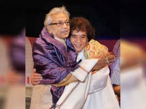 Pt Kartik Kumar being felicitated by Ustad Zakir Hussain