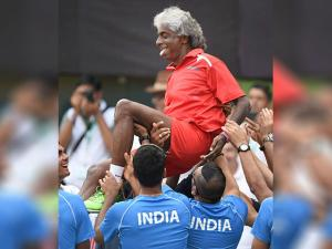 Indian team captain Anand Amritraj was lifetd by team mates after Indias  victroy