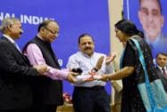 Arun Jaitley presenting the award to Shahnaz Khan