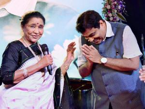 Asha Bhosle and Union Minister Nitin Gadkari during his 60th birthday celebration