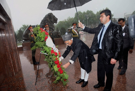 Hamid Ansari laying a wreath at Ismoili Somoni Square in Dushanbe, Tajikistan on Monday.
