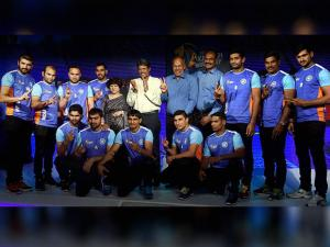 Kapil Dev along with President of Amateur Kabaddi Federation of India (AKFI) Mridul Bhaduria and players during the announcment of Indian Kabaddi team