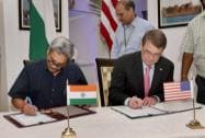 Defence Minister Manohar Parrikar and US Secretary of Defence Ashton Carter singing an MoU in New Delhi