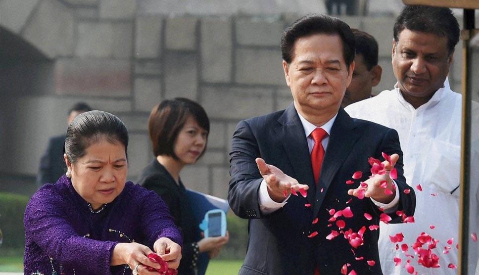 Vietnam, Prime Minister, Nguyen Tan Dung, wife, Tran Thanh Kiem, arrive, paying, tribute, memorial, Mahatma Gandhi, Rajghat