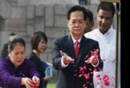 Vietnam Prime Minister Nguyen Tan Dung with  his wife Tran Thanh Kiem  paying tribute at the memorial of Mahatma Gandhi