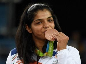 India's Sakshi Malik poses with her bronze medal