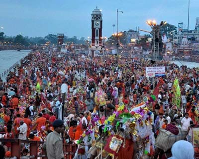 Kanwariyas  collect the holy water of Ganga in Haridwar