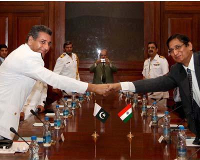 Indo-Pak delegates shaking hands