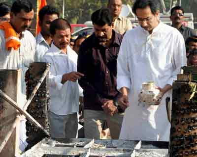 Uddhav collects ashes of Balasaheb Thackeray
