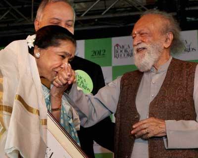 Asha Bhosle being honoured by Pandit Ravi Shankar