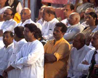Political giants, Bollywood celebrities and business tycoons were also present to pay their last respects to Bal Thackeray