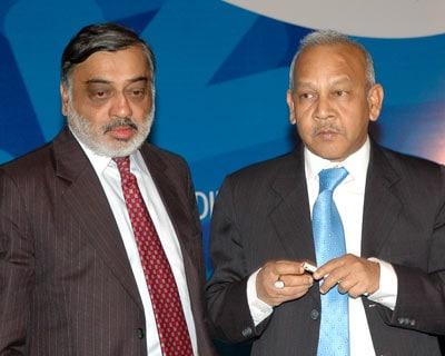 IL&FS CMD Ravi Parthasarathy and IDBI Bank CMD Yogesh Agarwal at the BANCON Indian Banking Conclave 2009-10 in Mumbai on January 12, 2010