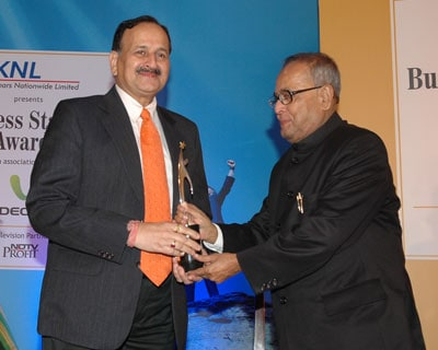 Power Grid Chairman and Managing Director S K Chaturvedi receives the Star PSU award. <P> <b>Picture by Suryakant Niwate </b> </P>