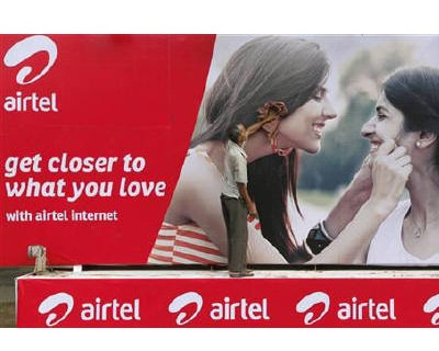 <p><b>A labourer cleans a Bharti Airtel advertisement billboard installed on a truck in Kolkata</b></p><p>