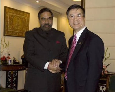 <p><b>India's Trade Minister Anand Sharma shakes hands with US Commerce Secretary Gary Locke before their meeting in New Delhi</b> 