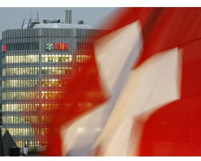 <p><b>A Swiss national flag flutters near a UBS bank building in Zurich </b>
