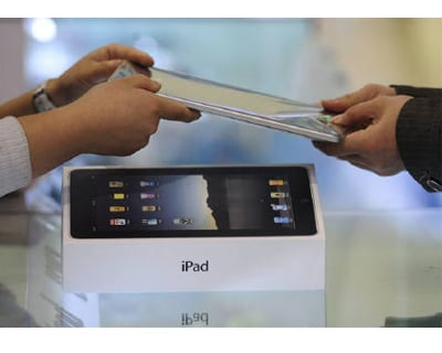 <p><b>A customer buys an iPad at an electronic products store in Hefei, Anhui province </b>