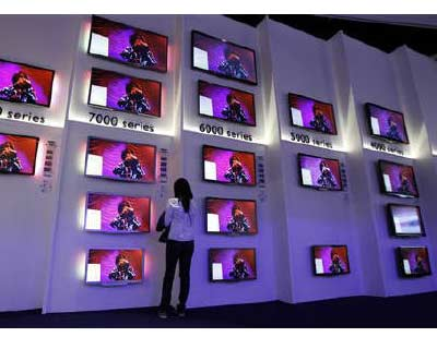 <p>A woman looks at flat screen TV sets in the Philips pavilion before the opening of the IFA consumer electronics fair in Berlin, August</p><p><B>Philips Electronics said it was considering its options should the sale of its TV business collapse as it reported plummeting third-quarter profits and little hope of a material improvement in the near term.</B></p><p>Philips -- the world&#39;s biggest lighting maker, a top three hospital equipment maker, and Europe&#39;s biggest consumer electronics producer -- said negotiations to sell off most of its TV business to Hong-Kong based TPV were intense and constructive and taking longer than expected.</p><p>The deal was due to close before the end of this year.</p>
