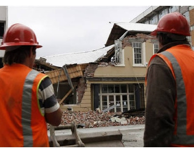 <p><b>Emergency workers stand in front of a destroyed building following Tuesday's earthquake in the southern New Zealand city of Christchurch</b> 