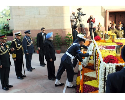<p>The Prime Minister, Dr. Manmohan Singh laid wreath at Amar Jawan Jyoti, India Gate on the occasion of the 62nd Republic Day Parade-2011, in New Delhi</p>