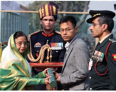 <p>The President Smt. Pratibha Devisingh Patil conferred the Ashoka Chakra on Major Laishram Jyotin Singh (posthumous) at the beginning of the Republic Day Parade 2011, at Rajpath. The award was received by his brother Dr. L B Singh.</p>