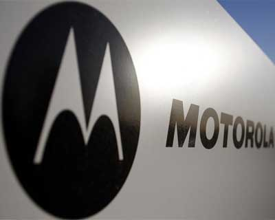 <p>Signage for Motorola is displayed outside their office building in Tempe, Arizona</p><p><b>Mobile phone maker Motorola Mobility Inc posted a fourth quarter loss on weak revenue on Thursday in what could be its last report before a planned takeover by Google Inc.</b></p><p>Some Google investors have worried about the search company&#39;s decision to buy Motorola Mobility since it warned on January 6 that revenue would fall well short of Wall Street expectations due to legal costs and tough competition from rivals such as the Apple Inc.</p>