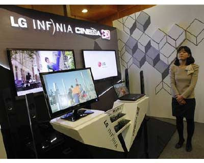 <p><b>LG Display&#39;s 3D TV sets are displayed at the company in Seoul</p><p>Flat-screen maker LG Display will slash next year&#39;s capital spending by a quarter as booming sales of mobile devices from iPads to Android smartphones saps demand for TV panels, its main source of earnings.</p><p>Mired in excess capacity for more than a year, the outlook has worsened for the global liquid crystal display (LCD) flat-panel industry, battering Samsung Electronics and LG Display, which together account for half of the global market.</p><p>The reduction by LG Display, the first major technology company to announce a sharply reduced spending plan for 2012, will take the company&#39;s capital expenditure to the lowest in four years.</p><p>TV makers are struggling with sluggish demand, forcing Sony Corp to cut its exposure in the TV panel business with Samsung and Sharp, while Philips is hiving off its loss-making TV business.</p>