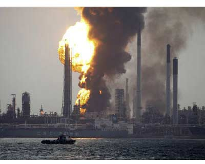 <p>Smoke and flames engulf the Royal Dutch Shell&#39;s Pulau Bukom offshore petroleum complex in Singapore</p><p><b>Royal Dutch Shell is shutting its half-a-million barrels-per-day Singapore refinery and could also shut the linked chemical complex as firefighters struggle to contain a blaze that has been burning for more than a day.</b></p><p>The plant is the largest Shell owns and makes up more than a third of Singapore&#39;s refining capacity. The city-state is Asia&#39;s crude and refined product trading hub and hosts the world&#39;s largest fuel oil market.</p>