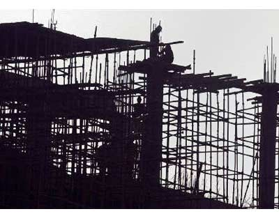 <p><b>Labourers erect scaffolding at a construction site in Chandigarh November 24, 2008.</b>
