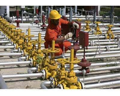 <p><b>An engineer of Oil and Natural Gas Corp (ONGC) works inside the Kalol oil field in Gujarat</b>