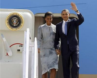 <p><b>US President Barack Obama and first lady Michelle Obama step off Air Force One in Mumbai November 6, 2010.</b>