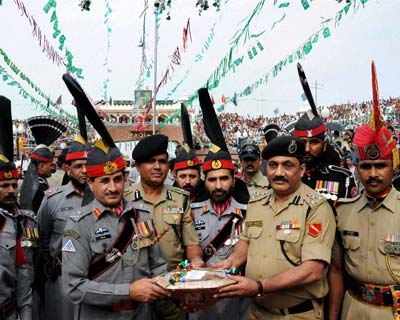 Pakistani general offers sweets to BSF DIG at Wagah