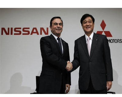 <p><b>Nissan Motor's Chief Executive Carlos Ghosn (L) shakes hands with Mitsubishi Motors Corp.'s President Osamu Masuko at the end of their joint news conference in Tokyo.</b>