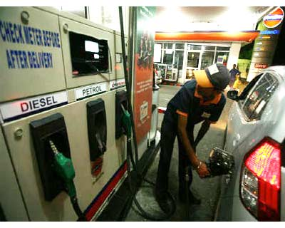 <p>A worker fills petrol in a car at a fuel station in Jammu</p><p><b>Inflation eased in April on lower manufacturing prices but the prospect of rising energy costs will keep pressure on the Reserve Bank of India (RBI) to raise rates in June.</b></p><p>The wholesale price index, the country&#39;s main inflation gauge, rose an annual 8.66% in April, above the median forecast of 8.48% rise in a Reuters poll and lower than an upwardly revised annual rise of 9.04% in March.</p>