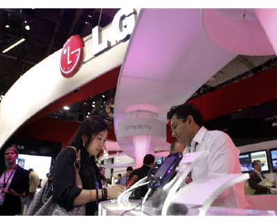 <p><b>A woman looks at a mobile phone at the LG Electronics booth during the International CTIA Wireless trade show in Las Vegas, Nevada</b>