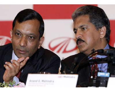 <p><b>Pawan Kumar Goenka (L) talks with Anand G Mahindra, Mahindra & Mahindra&#39;s vice chairman and managing director, during a news conference in Seoul</b> </p><p> Indian utility vehicles maker Mahindra & Mahindra said on Monday it had signed a memorandum of understanding to buy a majority stake in troubled South Korean automaker Ssangyong. </p><p> The agreement will be followed by a detailed due diligence process and finalisation of definitive agreements, it said in a statement. </p><p> Rothschild and Samsung Securities are advising Mahindra on this deal, it said. </p><p> On August 12 Ssangyong had named Mahindra as its preferred buyer. </p>