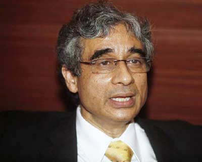 <p><b>O P Bhatt, chairman of State Bank of India, speaks with reporters before a news conference in Kolkata</b>