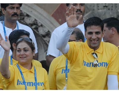 Tina Ambani, wife of industrialist Anil Ambani and Bollywood Actor Akshay Kumar while cheering the participants during the event <P> <b>Picture by Divyakant Solanki</b> </P>